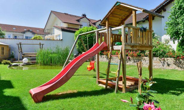 Hotel Fischerwirt Ismaning - Garten mit Spielplatz